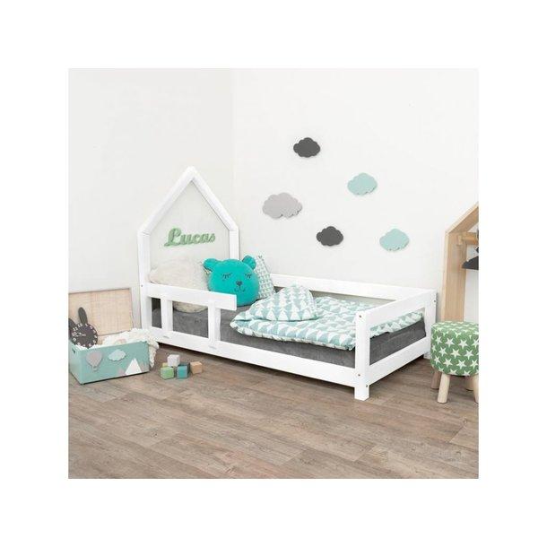 SKLADEM: Dětská domečková postel z masivu 200x120 cm POPPI se zábranami - BÍLÁ